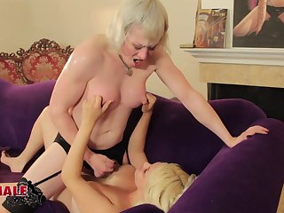 Milf tranny fucks a chubby girl in her wet pussy