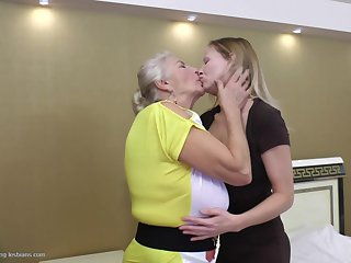 Experienced babe gets her fanny licked by the vigorous apprentice