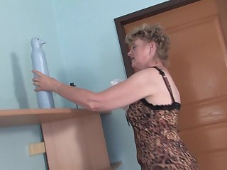 Leopard print is sexy on this mature babe fucking her dildo
