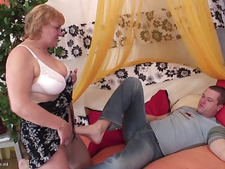 Cock of a horny guy satifies her slippery mature pussy
