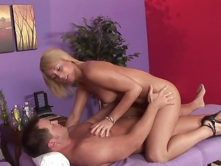Masseuse blonde Bella Cole gives a blowjob