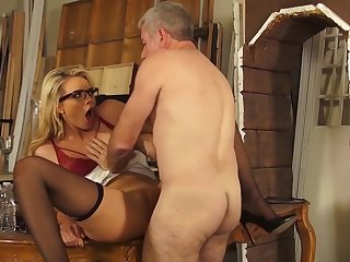 Staggering blondie feels excellent with her man fucking her like a bull, his strong dick really cracking her shaved pussu in proper modes