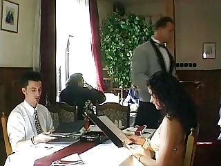 Il baise sa femme avec le serveur en plaint Restaurant