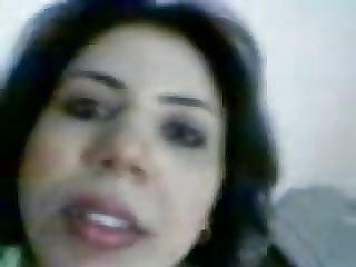 arab slut show videoed by her lover
