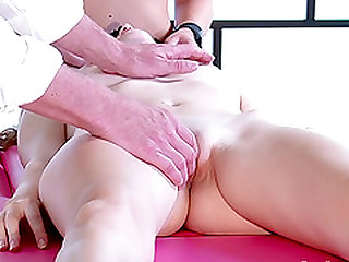 Sindy Black and Vanessa having a wonderful time naked during a massage