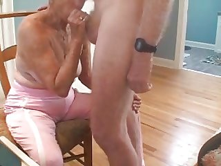 oma maakt hem hard en pijpt