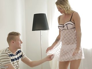 Cougar is so horny she gives up that ass to a younger guy
