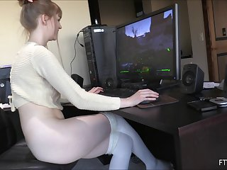 Gamer girl takes a break from her game to make her pussy cum