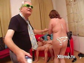 una festa tra bizzarrie e sesso amatoriale