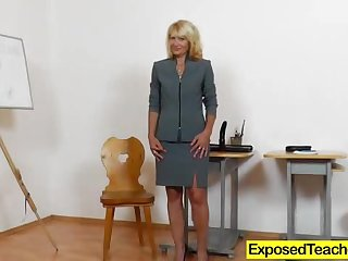 Tantalizing blonde with lots of experience penetrates herself