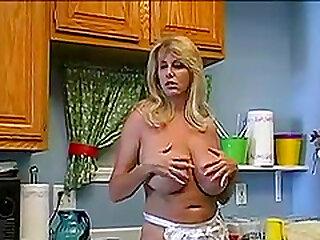 Tahnul, meine schwedische Frau beim Wandern in der Küche ...