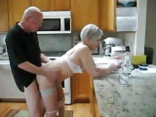 maduros follando en la cocina
