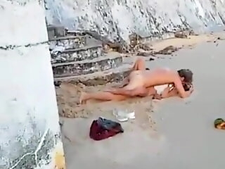 Couple fuck in Italian vocation on public beach
