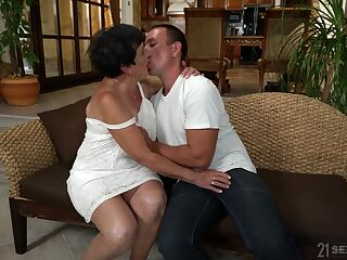 Young delivery boy fucks old widow Hettie and cums in her mouth
