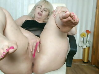 Yummy granny feet with sexy big bunions and lovely short toe