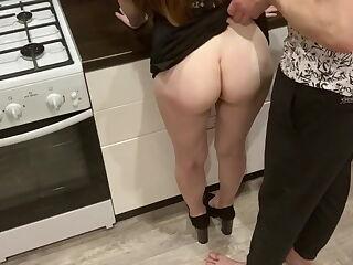 Italiana scopata in cucina dal migliore amico del fidanzato