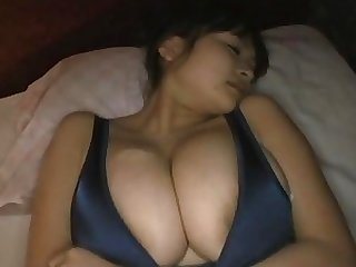 Sexy Ayumi Ayukawa takes hot teaser photos, showing off her cleavage and body